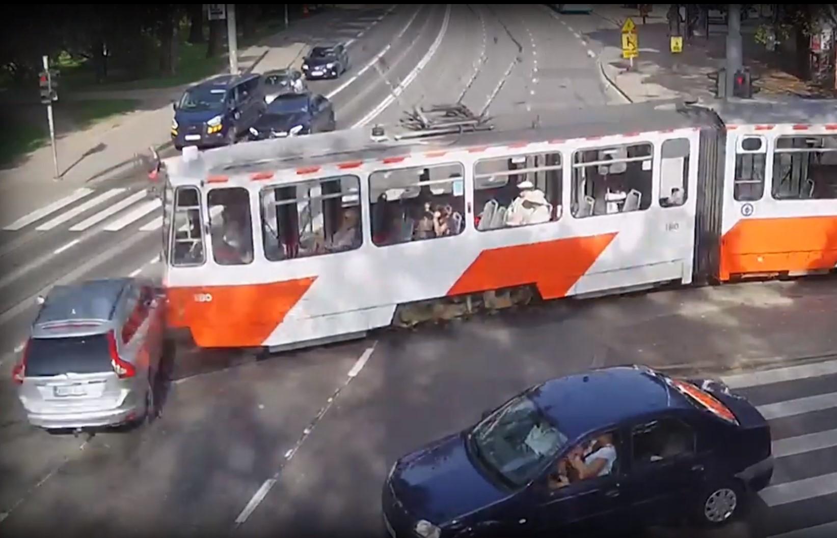 Liikluskaamera: videod olukordadest, kus ristmikul kohtuvad auto ja ühissõiduk