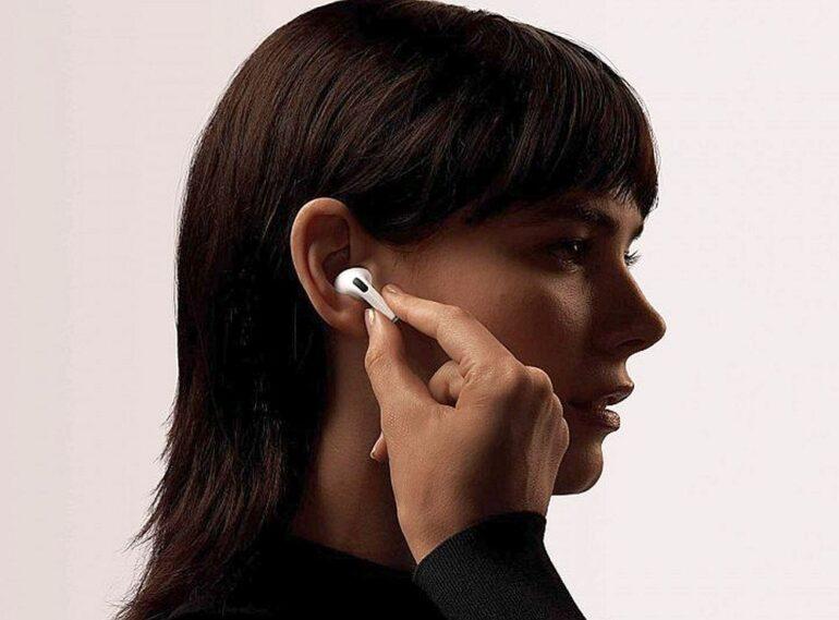 Pilt, millel on kujutatud isik, mees, räägib, mobiiltelefon Kirjeldus on genereeritud automaatselt